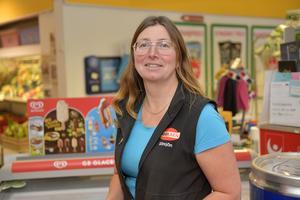 Marie Kivemäki som är butiksföreståndare för Handlaren i Sörsjön och skulle gärna se att det fanns paketombud på orten.