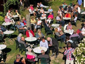 Det blev många samtal i Mora Kaffestugas trädgård den 2 juli 2018 då Stefan Löfven var på besök . Foto: Privat