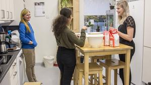 Laga mat och baka har det varit väldigt stort intresse för bland tjejerna berättar Katarina Hobro. Jasminé Törnkvist och Wilma Sundberg hjälper till med kvällens pizza.
