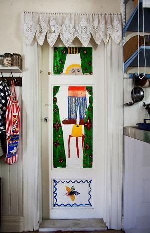 Barnens konstverk pryder väggar, trappen och även dörren till toaletten. Det är Lizettes dotter Dominique som målat den.