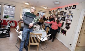 En glad och omtumlad pristagare firades av kollegorna på Skottes Musikteater.