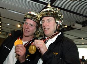 En fjunig Nicklas Bäckström och Honken med VM-guldmedaljerna runt halsen 2006.