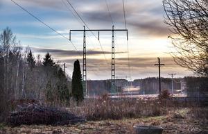 Kraftledningen mellan Horndal och Avesta ska nu bytas ut. Där den passerar över Dalälven vid Älvbro planerar Svnska kraftnät nu att dra den i en mer nordlig passage.