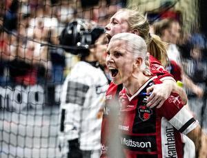 Anna Wijk och Malin Alkelöw jublar efter mål i segern mot Pixbo i tredje semifinalen. Foto: Ulf Palm/TT.