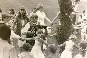 Dans och sång med Barbro Karlsson på midsommar i Irsta 1981. Foto: VLT:s arkiv