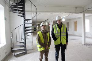 Ziad Issa och Ulf Gavlefors, projektledare Gavlegårdarna på mellanvåningen där det ska bli en lång rad med rum.