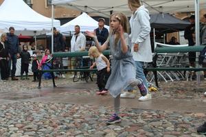Minidisco på Stora Torget. Ronja af Ekenstam dansade loss med mamma Mia (som inte syns på bild).