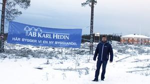 Fredrik Signeul vid platsen på Terminalvägen strax norr om ishockeyrondellen där byggvaruhuset ska byggas.