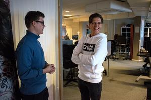 """Hampus Israelsson arbetar med kundtjänst på Releasy i Borlänge. Här pratar han med sin chef Johan Danielsson.  """"Vi har en solklar bokning till nästa fest"""", säger Johan."""