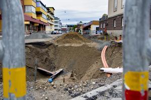 Många har reagerat på varför det återigen grävs på Brogatan, men allt är enligt plan.