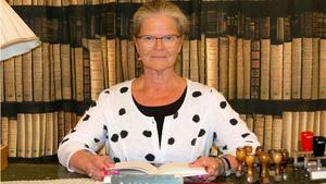Åsa Granath i en riktigt gammaldags biblioteksinteriör. Bokläsande är en tidlös sysselsättning.