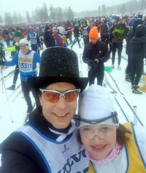 Vid starten. Glada hurrarop och skratt mötte de bröllopsklädda – Elisabeth Persson och Micke Furunäs som åkte i slöja och hög hatt. Foto: Privat