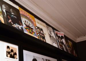 LP-skivor och tidningar om Beatles.