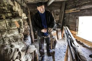 Jan-Åke Karlsson På Gammelgården bortomåa i Fågelsjö, visar hur skogsfinnarna bearbetade järnet för att tillverka bösspiporna.