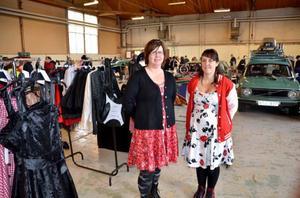 Sara Swedenmark från Kaxås och Sandra Ottosson från Östersund gillade veteranbilsmarknaden, men hade gärna sett att fler kvinnor besökte den.