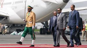 Eritreas president Isaias Afewerki, till höger, välkomnas till Addis Abeba av Etiopiens nye premiärminister Abiy Ahmed. Foto: Mulugeta Ayene/AP/TT