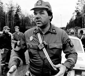 Tillsammans med sin kollega var polisen Mikael Olsson först på plats efter att militärförrådet hade sprängts i Järna.                                                                         – Först såg jag en enorm röksvamp skjuta upp i luften. Det var som efter en atombomb. Sedan kom dånet och tryckvågen, berättade Mikael Olsson, för Länstidningen och fortsatte:                                                                                                   – Tryckvågen kändes som någon slagit till med knytnäven så hårt han orkat. Poliserna satte fart i riktning mot Mölnbo för att lokalisera explosionsplatsen. Det gick snabbt upp för poliserna att det måste varit ammunitionsförrådet en halvmil sydväst om Järna som smällt. Men när de svängde upp på den lilla skogsvägen fick de snabbt köra tillbaka med full fart.                                                                                                                                                    – Det exploderade när vi kom upp. Sedan kom explosioner hela tiden, berättade Mikael Olsson som vid tidpunkten i stället hjälpte till att spärra av väg 57.                                                                                                                                                Bild: Thomas Brandt.