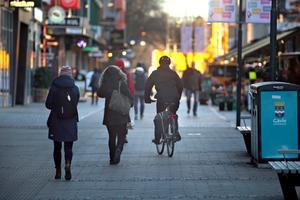 Stortorget och Drottninggatan mot tågstationen är gångstråk. Där får cyklisterna väja för fotgängare.
