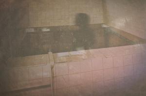Med en gammal bild från Lindesbergs kulturhistoriska arkiv inifrån Linde ljusbad och en ditlagd skuggfigur visar bokomslaget hur det kakelklädda betongkaret med iskallt badvatten såg ut.