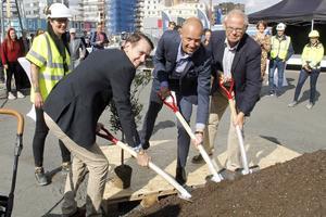 Första spadtaget innebar att plantera ett olivträd. Från vänster projektledare Therese Nilsson, Jesper Brandberg (L), ordförande i fastighetsnämnden, Jens Almcrantz, avdelningschef på NCC och Bengt-Åke Nilsson (L), ordförande i äldrenämnden.