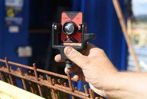 Utsättare Sedin använder sig av prismor och en plansättare som all placeringsinfo utgår från när han ska mäta byggets placering på tiondels millimetrar.