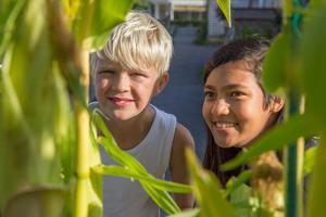 Casper och Melina har varit flitiga trädgårdsarbetare i år.