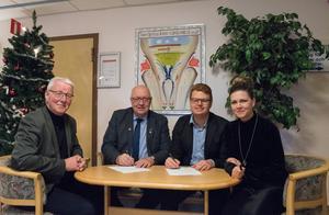 En julklapp till smebacksborna? Kanske. Bengt Norrlén (S), Ulf Berg (M), Fredrik Rönning (S) och Sofia Jarl (C) valde i alla fall att underteckna avsiktsförklaringen för familjecentralen bredvid granen inne på vårdcentralen.