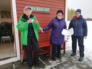 Trion som bland annat ordnat med tipspromenad var, från vänster,  Ingrid Bergvall, Astrid Eriksson och Gun Rösth. Foto: Ulla Deutschmann