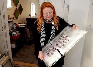 Mari Wennberg Zidén i städartagen för att få ordning på ateljén inför helgens besökare.