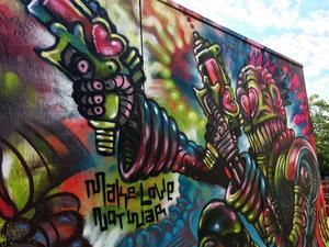 Make love not war. Make art not war. Känd spraykonstnär avfyrar hjärtan 2018.