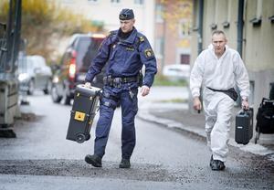Poliser och tekniker undersökte lägenheten i centrala Örebro där två män hittades döda på fredagsförmiddagen.