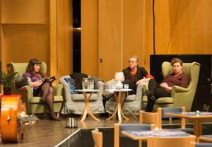 Även musikerna fick plats att softa på scenen medan de lyssnade till kollegerna. Här Sanna Salomaa, Charlotte Häggström och Malin Höglund.