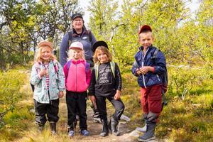 Emma Granström, Frej Myhr, Filippa Svelander och Jakob Lundemo får i förskoleklass på Bruksvallarnas skola och var på gruvdagen tillsammans med pedagogen Maria Styffe.