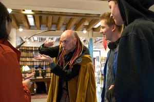 Anders Sebring, eller Arkadia som han kallas i egenskap av trollkarl, visade några av sina konster inför en intresserad skara i samband med Harry Potter-dagen på Kulturmagasinet.