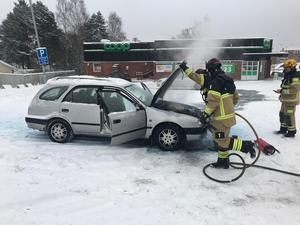 En bil på parkeringen vid Coop i Haga fattade plötsligt eld.
