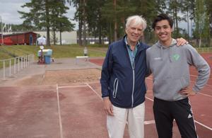 Curt Sjödahl, 81, tillsammans med Kristoffer Andersson, 15, framför längdgropen på Lugnet.