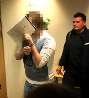 När den mordmisstänkte 22-åringen anlände till den sista rättegångsdagen höll han för ansiktet med sitt anteckningsblock.