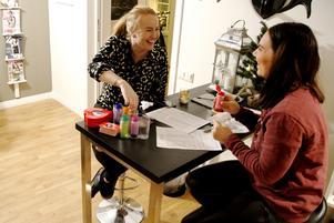 Angelica Pettersson och Sofia Karnvall kollar in massageoljorna med olika doft och smak.