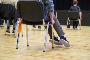Balansen och styrkan var viktig när deltagarna skulle hålla i sig i stolen, samtidigt som de flyttade fötterna från sida till sida.