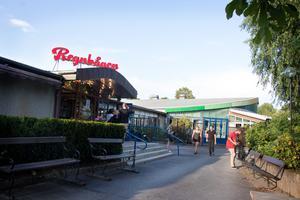 Regnbågen i Brunnsparken bjuder in till dans varje tisdag hela sommaren.