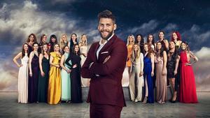 Simon Hermansson tillsammans med alla Bachelortjejerna. Foto: Daniel Ohlsson/TV4
