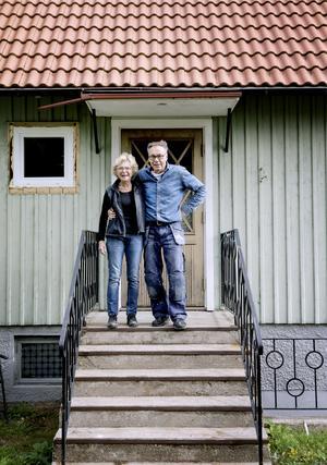 Ulf och Berit Salomonsson rustar sitt parhus till ett ett stort fritidshus.