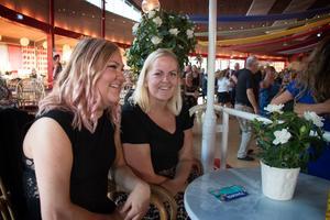 – Att röra sig till musik är ju kul, man tänker inte på att man motionerar, säger systrarna Joline och Josefine Karlsson, som rest från Arboga. De är uppväxta med dans och tycker om både bugg och foxtrot.