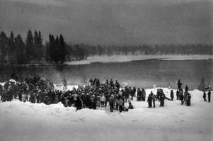 Torsdag 29 mars 1984. Vårdkasar tänds vid Långan för att manifestera mot utbyggnad.