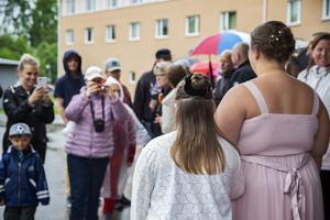 Cecilia Blomgren och Julia Axelsson fotograferas .