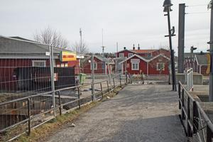 En sättning i marken gör att marken lutar vid änden av perrongerna på  Nynäshamns station.