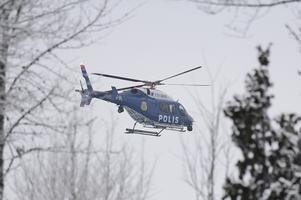 En polishelikopter är inkallad i sökarbetet.