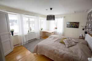 Master bedroom med utsikt över hagar och stall.