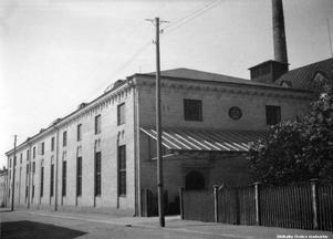 Örebro bryggeri AB, fasaden mot Nygatan. Bilden tagen 1928. Här, mitt emot Pingstkyrkan, blir det angöringsplatser för transporter till och från Kulturkvarteret, och hämtning och lämning av barn till Kulturskolan. Bild: Stadsarkivet Örebro