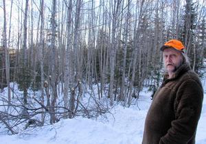 Lars Forsgren vid vassa stubbar som han säger att djur kan gör sig illa på.